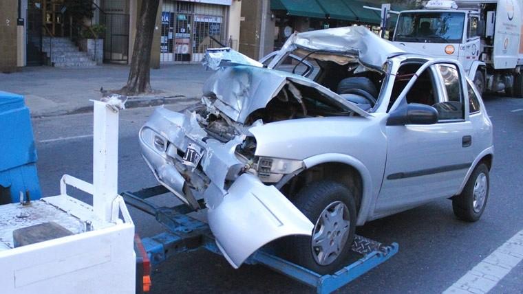 Así retiraban el auto donde iban las víctimas.