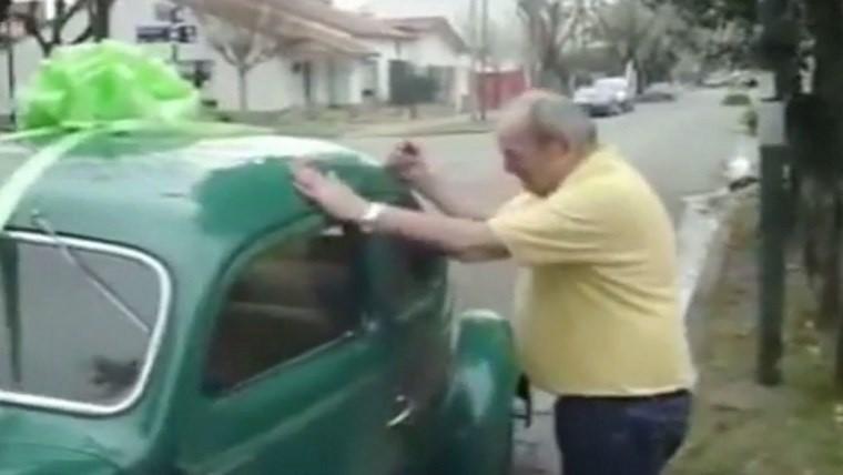 Le regalaron al papá el primer auto que tuvo
