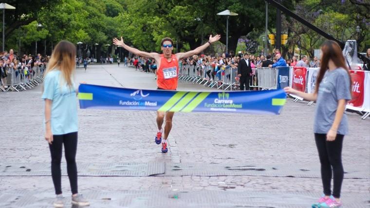 El ganador de los 10 kilómetros llegando a la meta. (Alan Monzón/Rosario3.com)