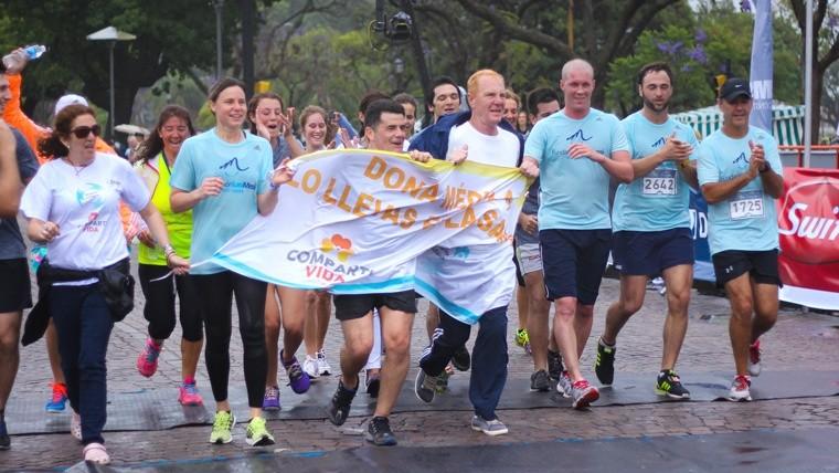 Julian Weich, Ayelén Stepnik y compañía acompañan a Lichu Zeno quien completó los 10 km. (Alan Monzón/Rosario3.com)