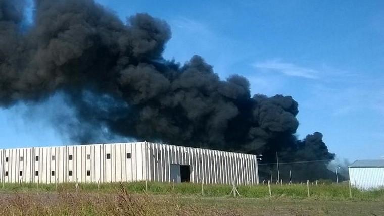 Así se veía desde la ruta el humo desde la fábrica.