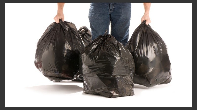 01a7433dc Las bolsas negras de plástico reciclado son la opción sugerida para arrojar  los residuos hogareños.