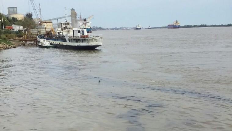 Se hundió una remolcador y derramó petróleo en el río Paraná