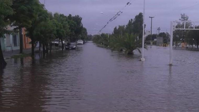 Cayó un auto a un arroyo en medio del temporal en Ramallo