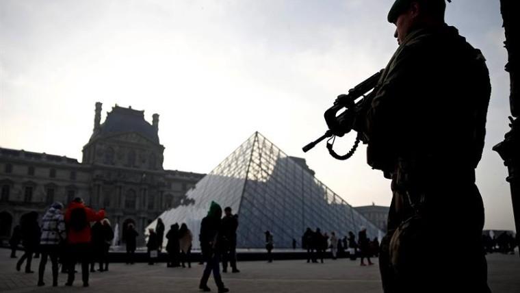 Abatido un agresor ante el Museo del Louvre en París