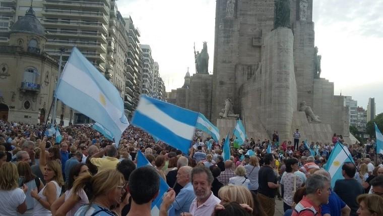 Mucha gente se dirigió al Monumento para apoyar a Mauricio Macri.