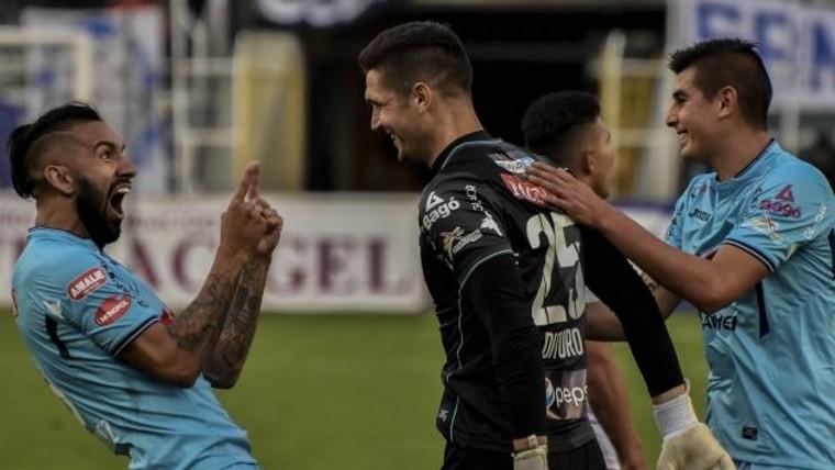 El arquero Dituro celebra el gol con sus compañeros de Bolívar.