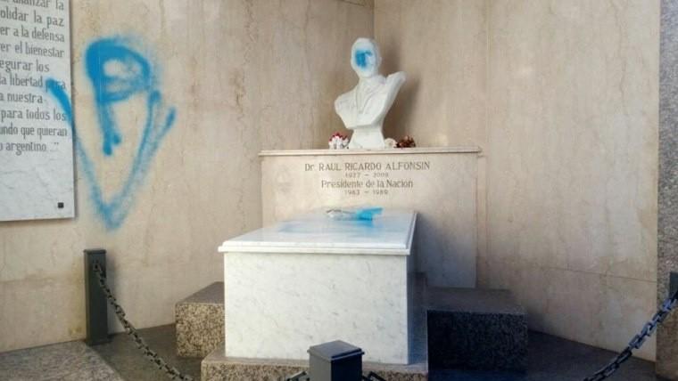 Profanaron el mausoleo de Raúl Alfonsín en Recoleta