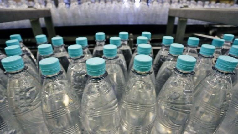 lo mejor es usar botellas de vidrio para recargar agua - Botellas Plastico