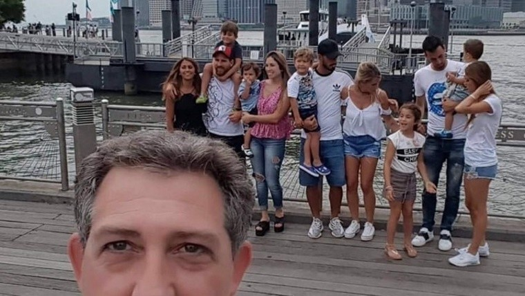 Se sacó una selfie y sin querer apareció Messi de fondo