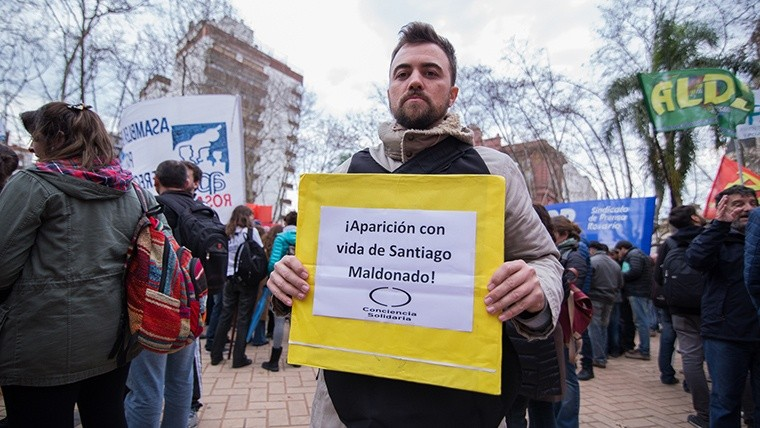 Los presentes pidieron por la aparición con vida de Santiago Maldonado. (Alan Monzón/Rosario3.com)