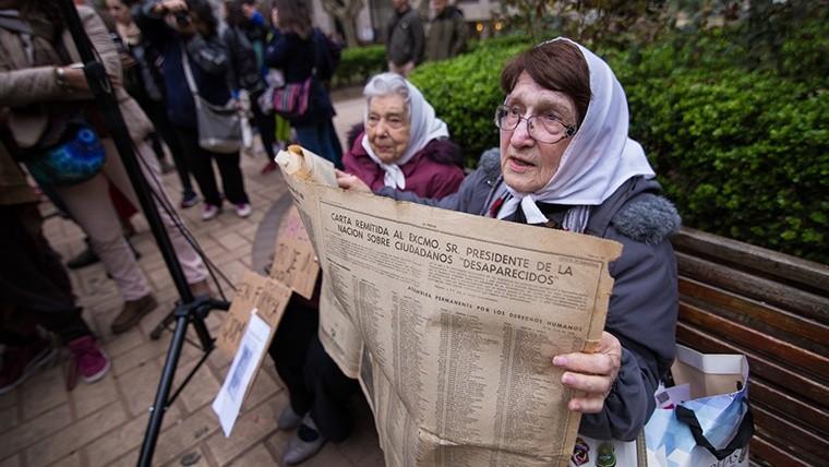 Las Madres de Plaza 25 de Mayo mostrando un diario donde aparece una carta abierta escrita en 1978. (Alan Monzón/Rosario3.com)