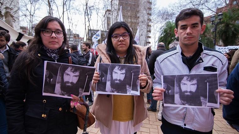 Unos jóvenes sostienen la foto de Santiago Maldonado, quien fue visto por última vez el 1 de agosto. (Alan Monzón/Rosario3.com)