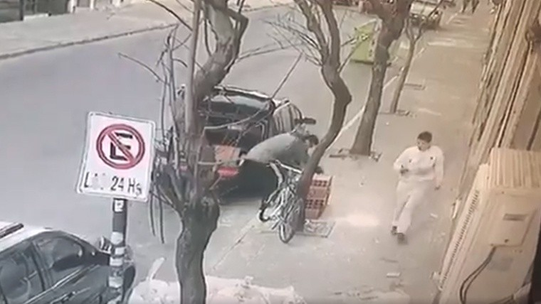 Video par con su auto abri el ba l y rob ladrillos de - Albaniles en montevideo ...