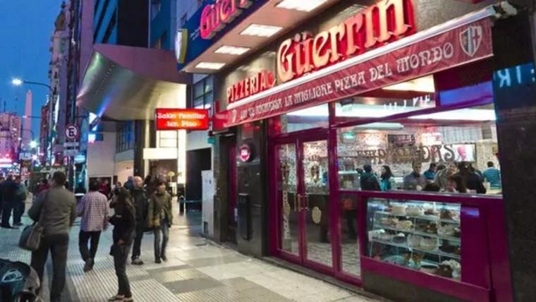 Le abrocharon la oreja al gerente en violento robo a tradicional pizzería