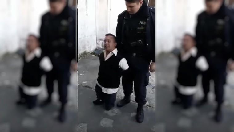 Lamentable: policías se filmaron burlándose de hombre con enanismo que estaba ebrio
