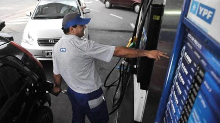 Más nafta a la inflación: suben 5% ahora y 3% en julio.