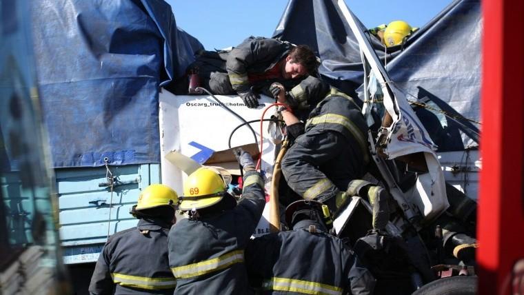 Mujer quedó atrapada cinco horas con el camionero muerto — Choque fatal