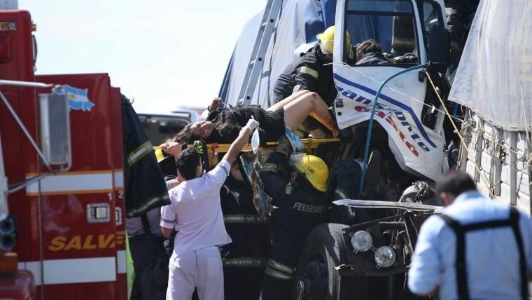 Impactante accidente: mujer permaneció cinco horas atrapada junto al camionero fallecido