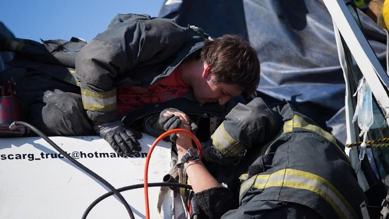 La mujer que viajaba con el camionero muerto tuvo que ser asistida por bomberos.