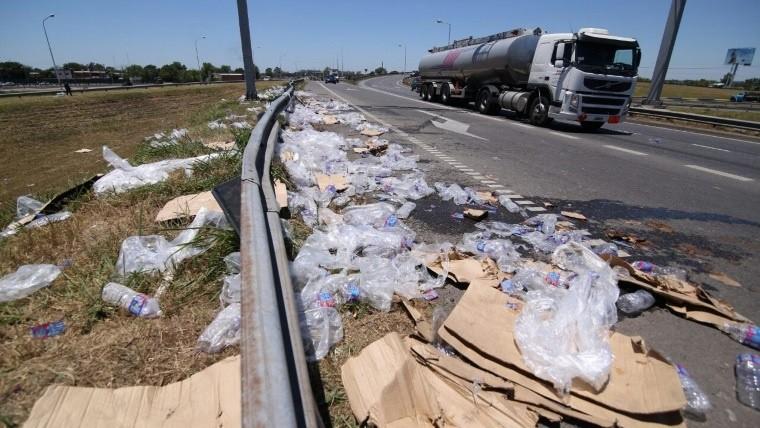 Cami n perdi su carga de botellas de agua mineral en el for Pavimentos y suministros del sur