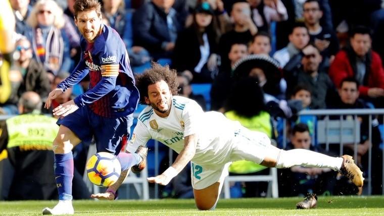 Messi deja tirado a Marcelo y su botín derecho queda en el pasto.