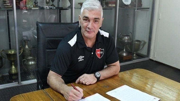 De Felippe firmando su nuevo contrato en Newell's.