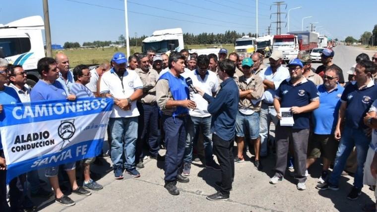 Camioneros y trabajadores de Oil Combustibles sobre ruta 10 este martes.