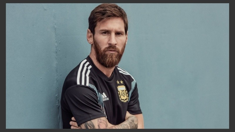 Messi posó con la camiseta alternativa.
