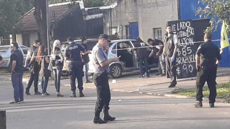 Asesinaron a tres personas dentro de un auto en Granadero Baigorria