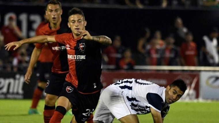 Fertoli pelea por la pelota. Atrás, Rodríguez está atento.