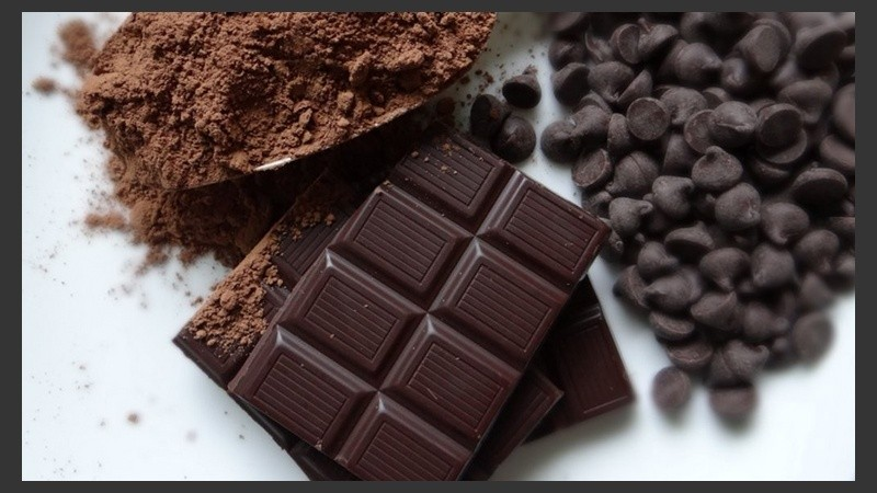 Ingerir regularmente chocolate negro trae beneficios a la salud.