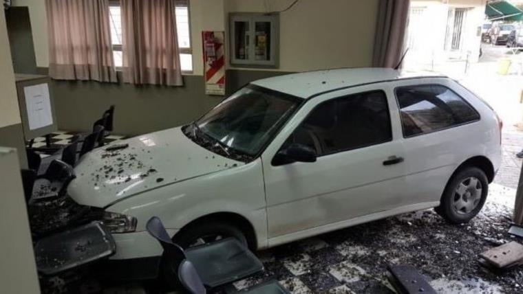 Usuaria estrelló su auto contra empresa eléctrica porque le cortaron la luz