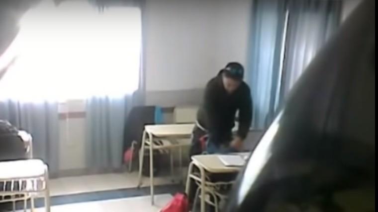 Un profesor fue filmado por sus alumnos robando en el aula — Arrecifes