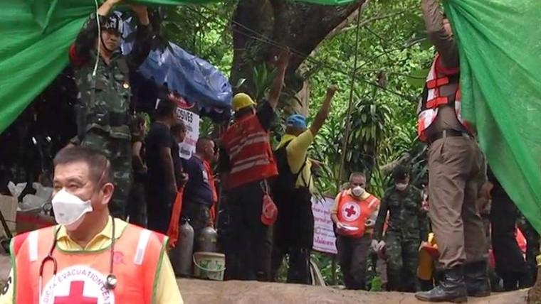 Rescataron a los 12 niños ya su entrenador — Finalizó el operativo