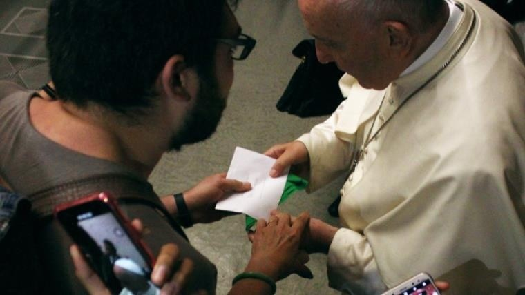 La dura respuesta del Vaticano por el pañuelo que recibió el Papa