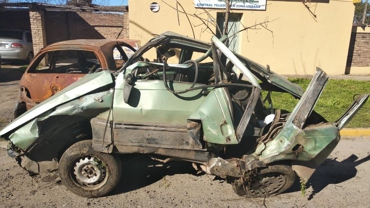 Así quedó el Renault 11 en el que viajaban las víctimas fatales.