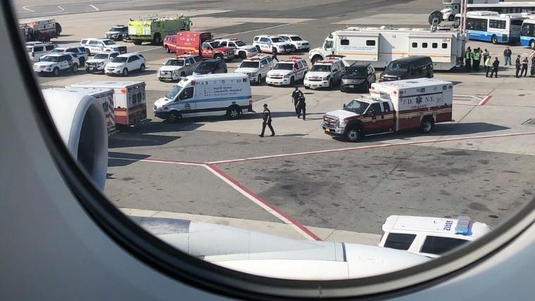 Pasajeros del avión puesto en cuarentena tienen gripe