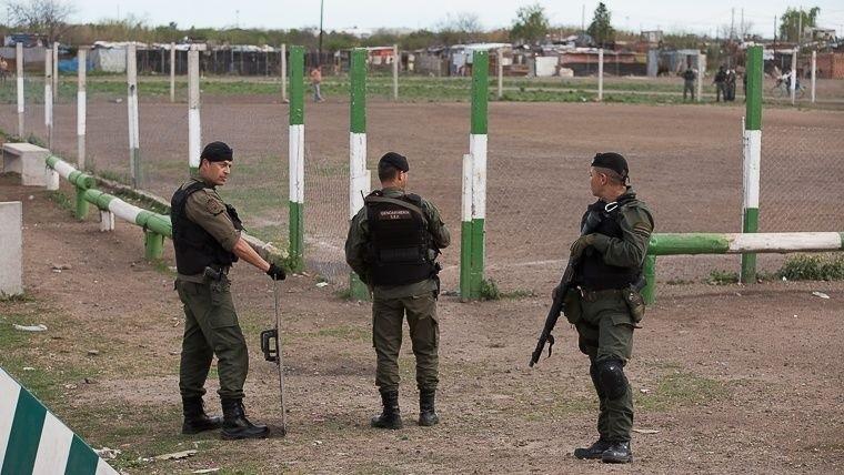 Gendarmes recorren el club Amistad de Rosario.
