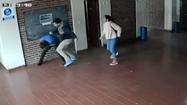 Brutal golpiza de un padre a un preceptor acusado por acoso