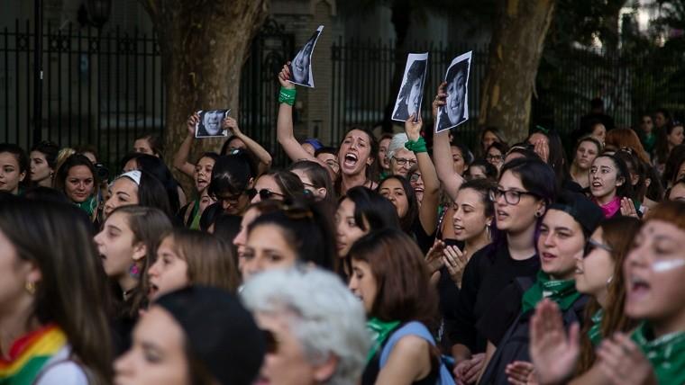 Mujeres al grito de justicia este miércoles por la tarde.