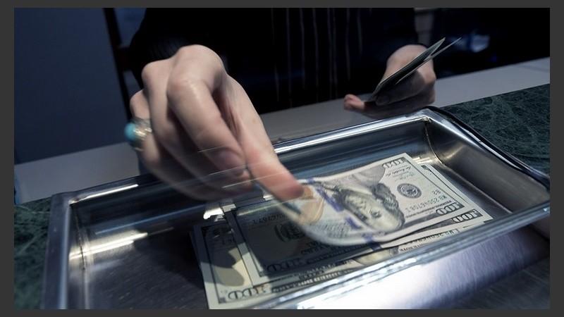 El dólar tocó su valor más bajo en casi dos meses.