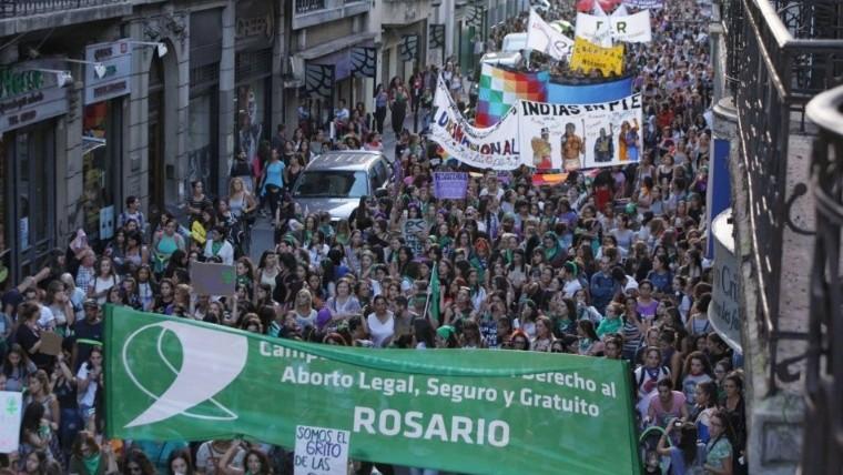 La nutrida marcha de las mujeres por las calles de Rosario.