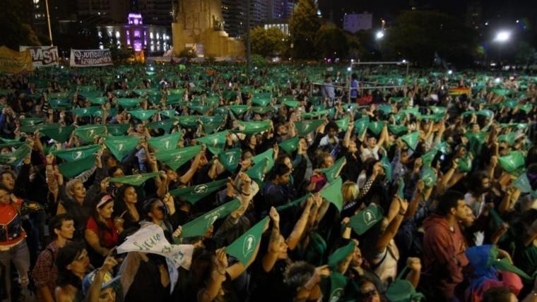 Pañuelos verdes en alto frente al Monumento, la imagen final de la jornada.