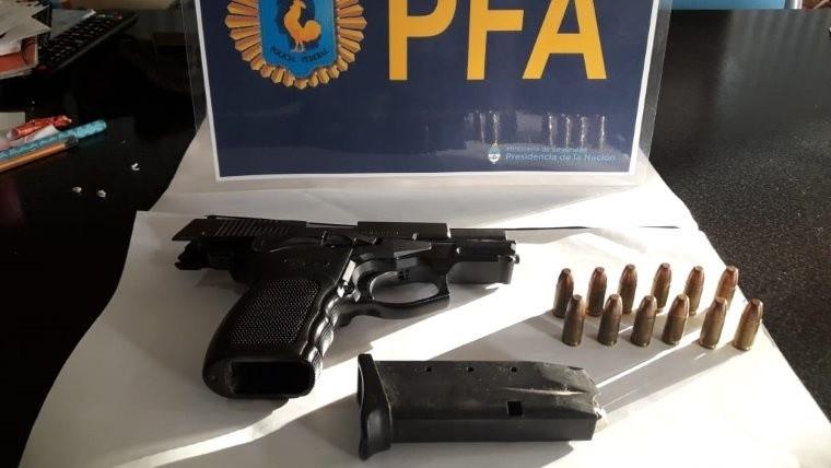 La pistola secuestrada en la casa del oficial de la PDI.