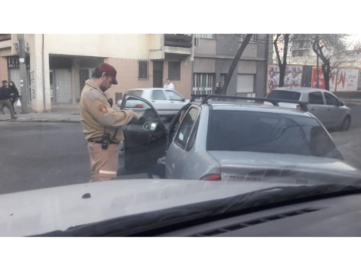 Iban a retirar un auto mal estacionado con la grúa pero adentro había un bebé