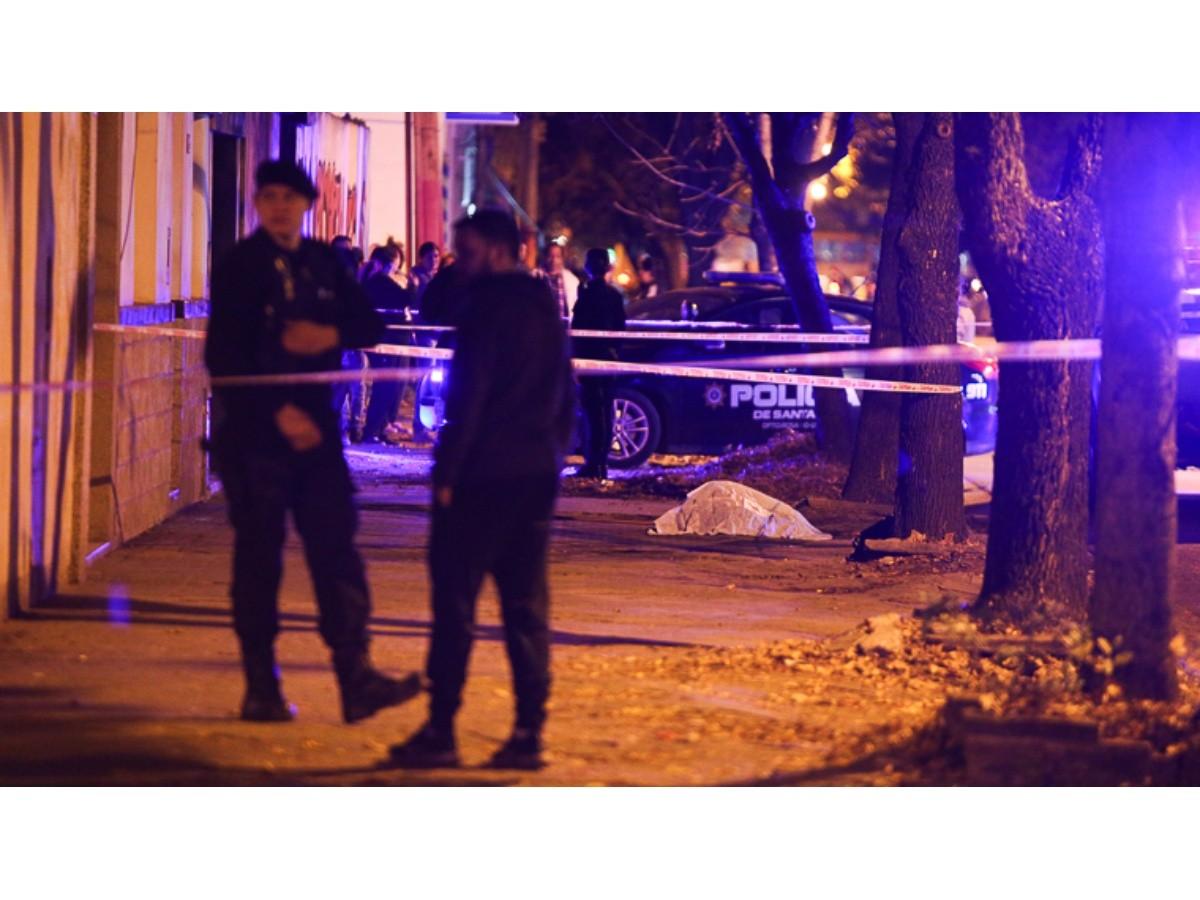 Asesinaron a balazos a una joven mientras baldeaba en la zona sur