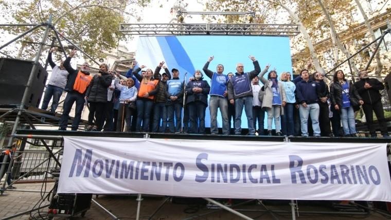 Los dirigentes en el escenario de la plaza 25 de Mayo.