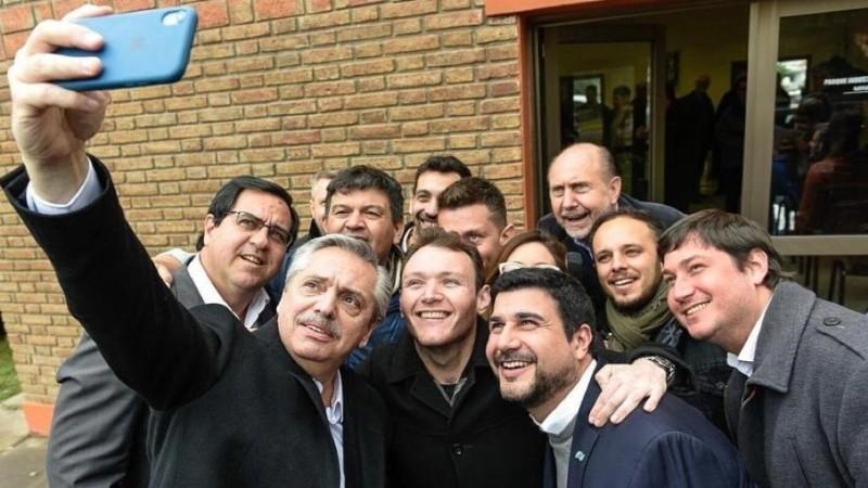 Selfie de campaña: Fernández junto a Perotti y Cleri en Santa Fe.