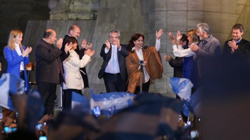 Los precandidatos ingresaron juntos y en el escenario los esperaban los gobernadores.